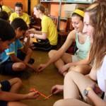 Estudantes americanos trocam experiências com crianças de baixa renda de Aparecida de Goiânia