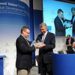 Presidente do Conselho da Nestlé, Peter Brabeck-Letmathe, entrega o prêmio para o diretor do IDE, Michael Roberts